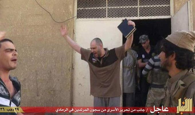 """بالصور؛ """"داعش"""" تطلق السجناء في مدينة الرمادي"""