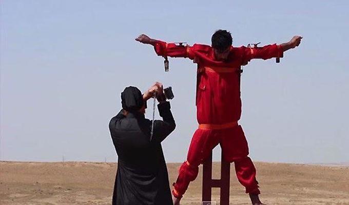 داعش يعدم شخصاً بتقطيع اوصاله قبيل اعدامه