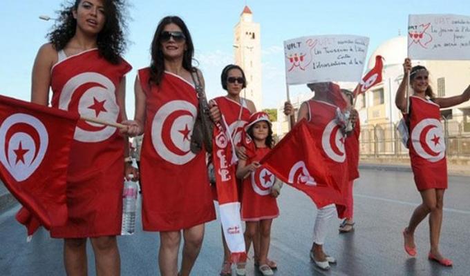 large-نساء-تونس-يخرجن-مرتديات-تنورات-قصيرة-تضامنا-مع-الجزائرية-صاحبة-الـ-ميني-جيب-ce941-600x330