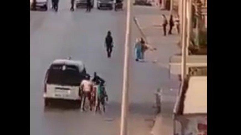 فيديو صادم لعدد من العناصر الأمنيّة بصدد تجريد شاب من ملابسه والاعتداء عليه - سوفاس نيوز